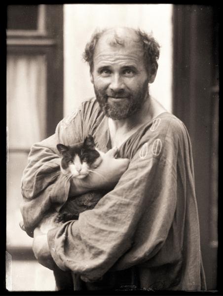Gustav Klimt mit Katze 1911 fotografiert von Moriz Nähr Credit Klimt Foundation Wien