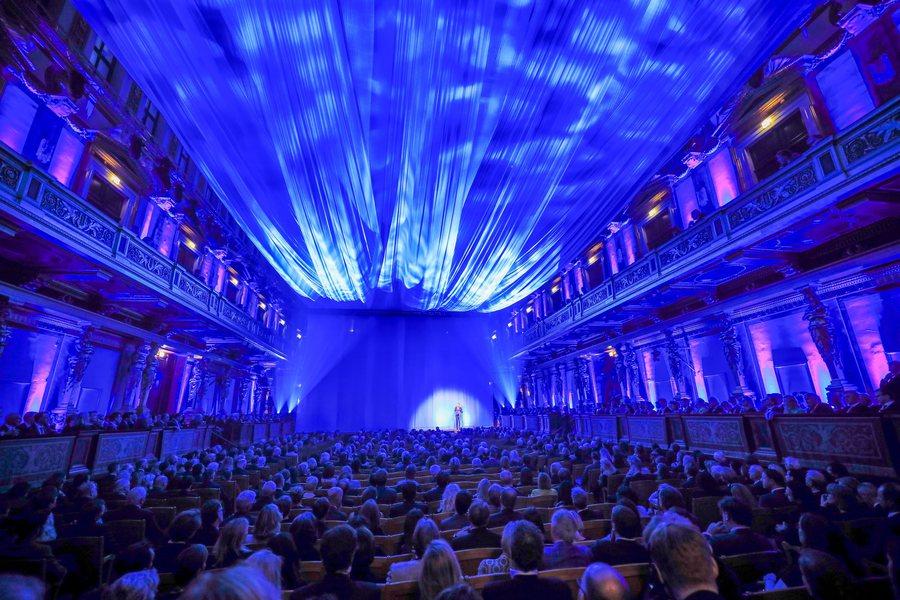 Erste Musikverein blau verhüllt Credit Daniel Hinterramskogler