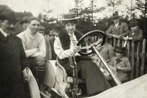 Mercedes Jellinek auf einem Mercedes Rennwagen 1906 Credit Mercedes Benz 300x200