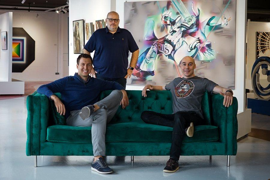 Gottfried Eisenberger und Klaus Billinger mit Kuenstler Tom Lohner Credit Mintastic